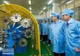 2013年2月 张德江视察超导技术应用实验室