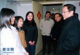 2005年5月 俞正声在武汉大学宿舍与学生谈心