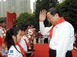 """2011年5月 俞正声为上海""""十佳少先队员""""颁奖"""