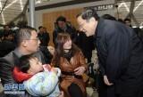 2010年2月 俞正声在上海南站视察春运保障工作