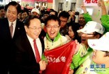 2010年10月 俞正声看望上海世博会工作人员