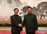 胡锦涛与习近平在出席中央军委扩大会议时握手
